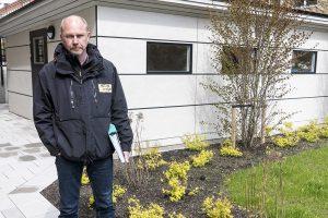 Ronny Larsson framför det nya miljöhuset som Mark & Miljö har ritat och som man bygger i egen regi.
