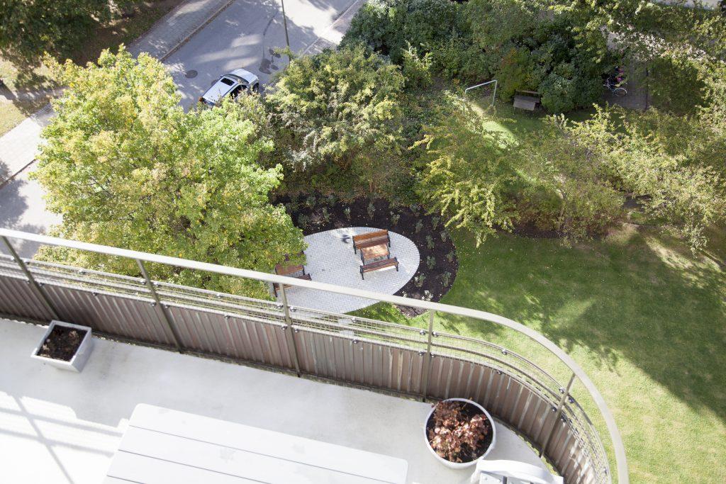 Mark & Miljö tog vara på de stommar av äldre träd och buskage som fanns kvar för att skapa en ny utemiljö.