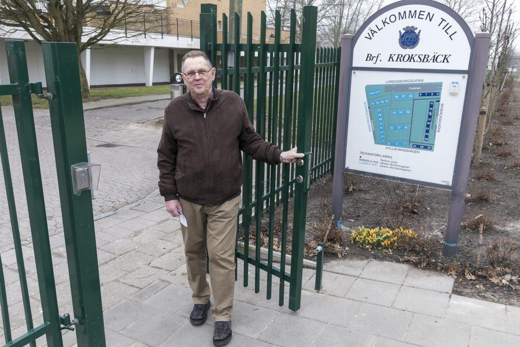 Jan Gasslander tycker det nya passersystemet och staketet är väl använda pengar.