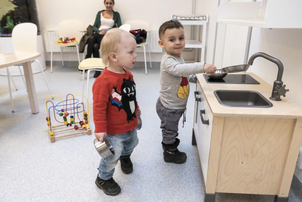 Den gamla butikslokalen byggdes om för 10 miljoner kronor och blev i stället en barnavårdscentral och en rehab-lokal.