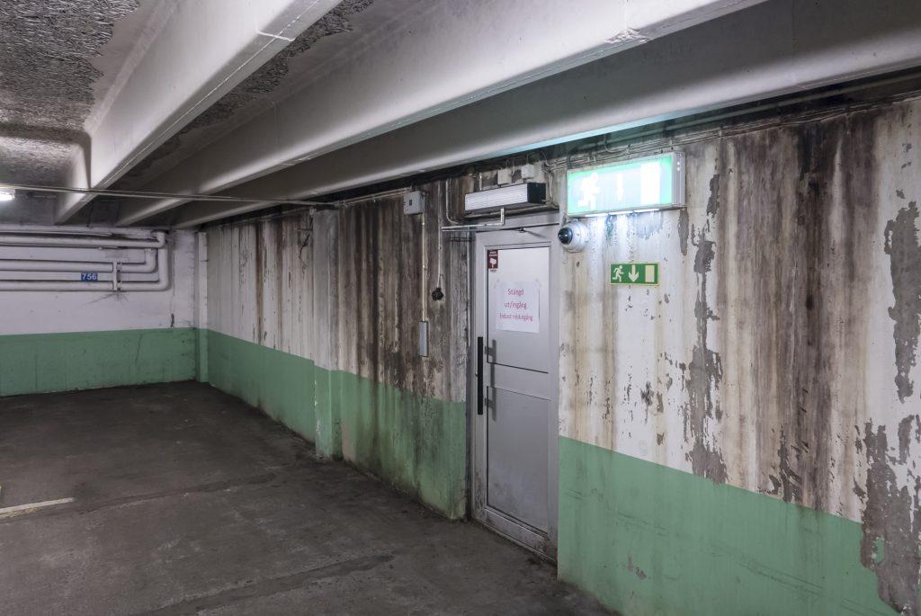 Så här ser garaget ut i kvarteret Tristian. Mögelskador och armeringsjärn som rostar och spränger betongen.